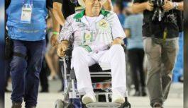 Ator da Globo aparece no Sambódromo em cadeira de rodas e preocupa fãs